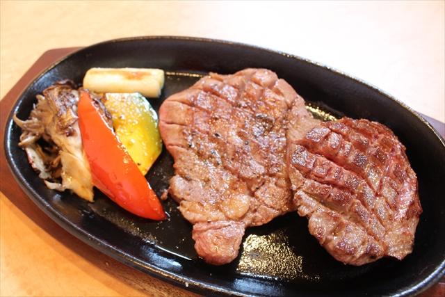 厚切りタンのステーキ